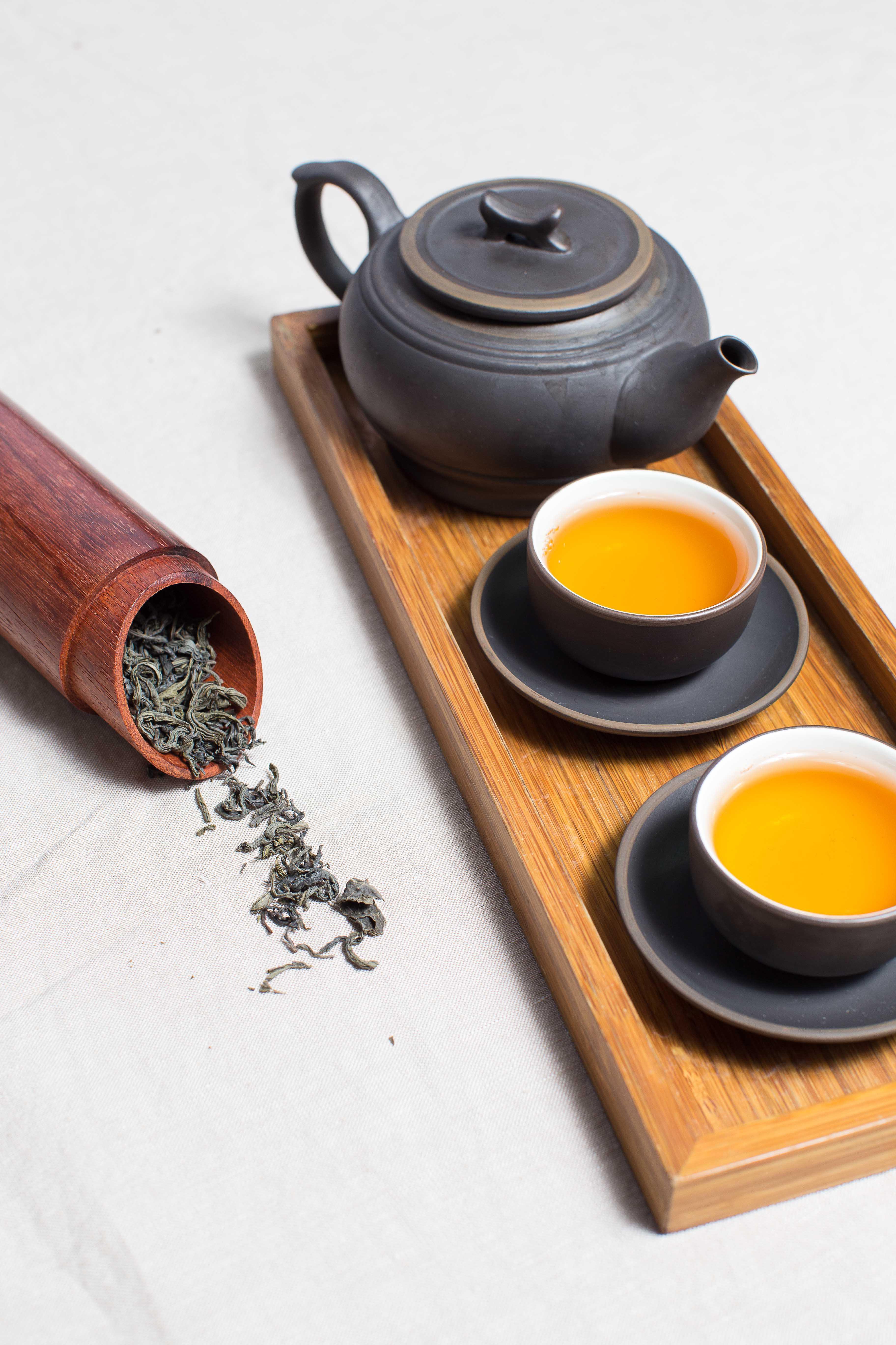 théière et tasses de thé